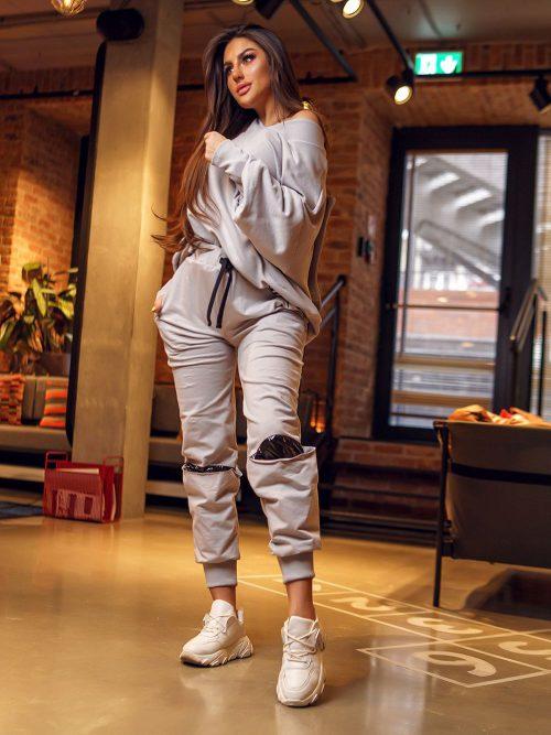 szare-spodnie-dresowe-damskie-z-wycieciem-na-kolanie
