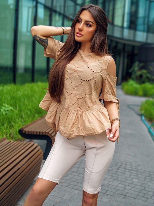 camelowa-bluzka-damska-z-wycieciem-na-ramionach (2)