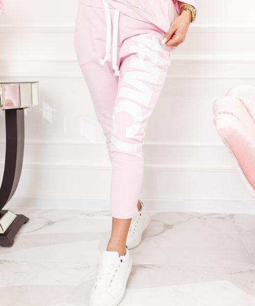 pudrowe-rozowe-spodnie-damskie-z-obnizonym-krokiem-#MC-#1 (1)