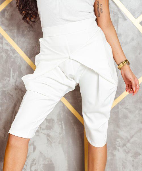 biale-spodnie-damskie-kolarki-z-zapieciem-z-przodu-do-kolana (3)