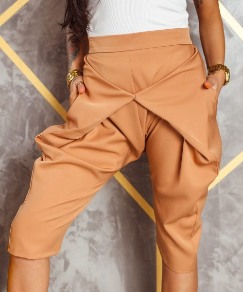 camelowe-spodnie-damskie-kolarki-z-zapieciem-z-przodu-do-kolana (2)