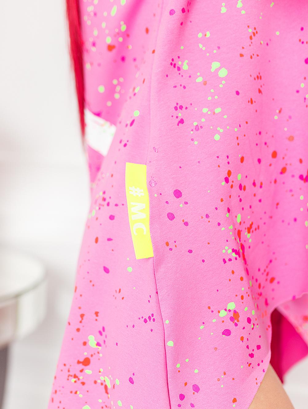 rozowa-bluzka-damska-z-dekoltem-w-lodke-w-kolorwe-plamki-z-napisem-love (1)