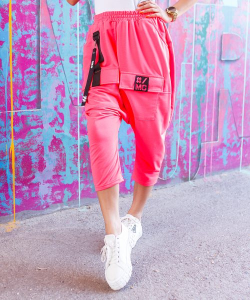 rozowe-neonowe-spodnie-damskie-z-opuszczonym-krokiem-za-kolano (3)