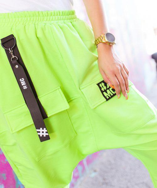 zielone-neonowe-spodnie-damskie-z-opuszczonym-krokiem-za-kolano (3)