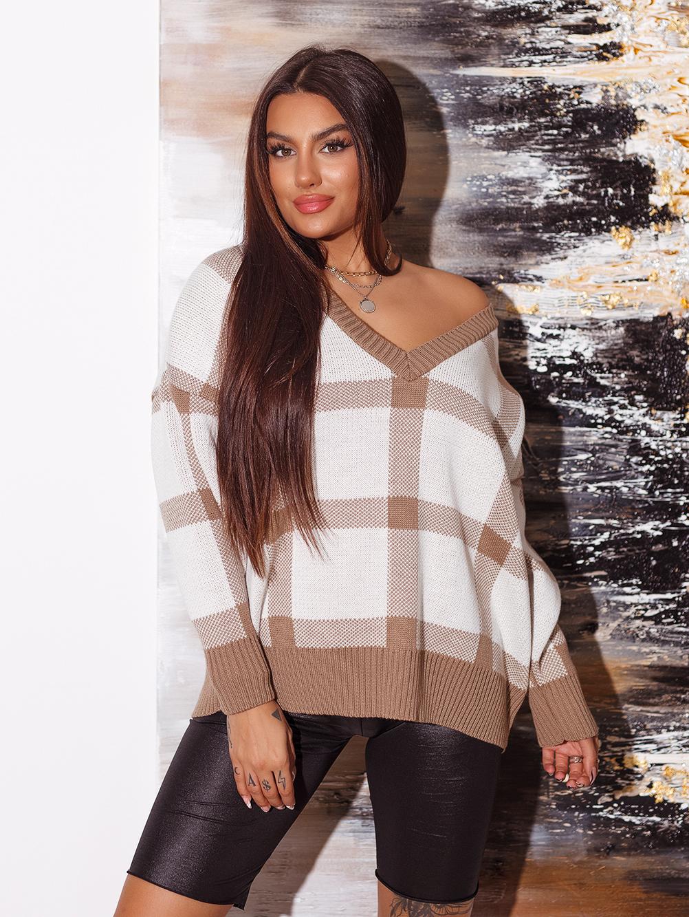 bialo-camelowy-sweter-damski-z-dekoltem-w-v-w-krate (1)