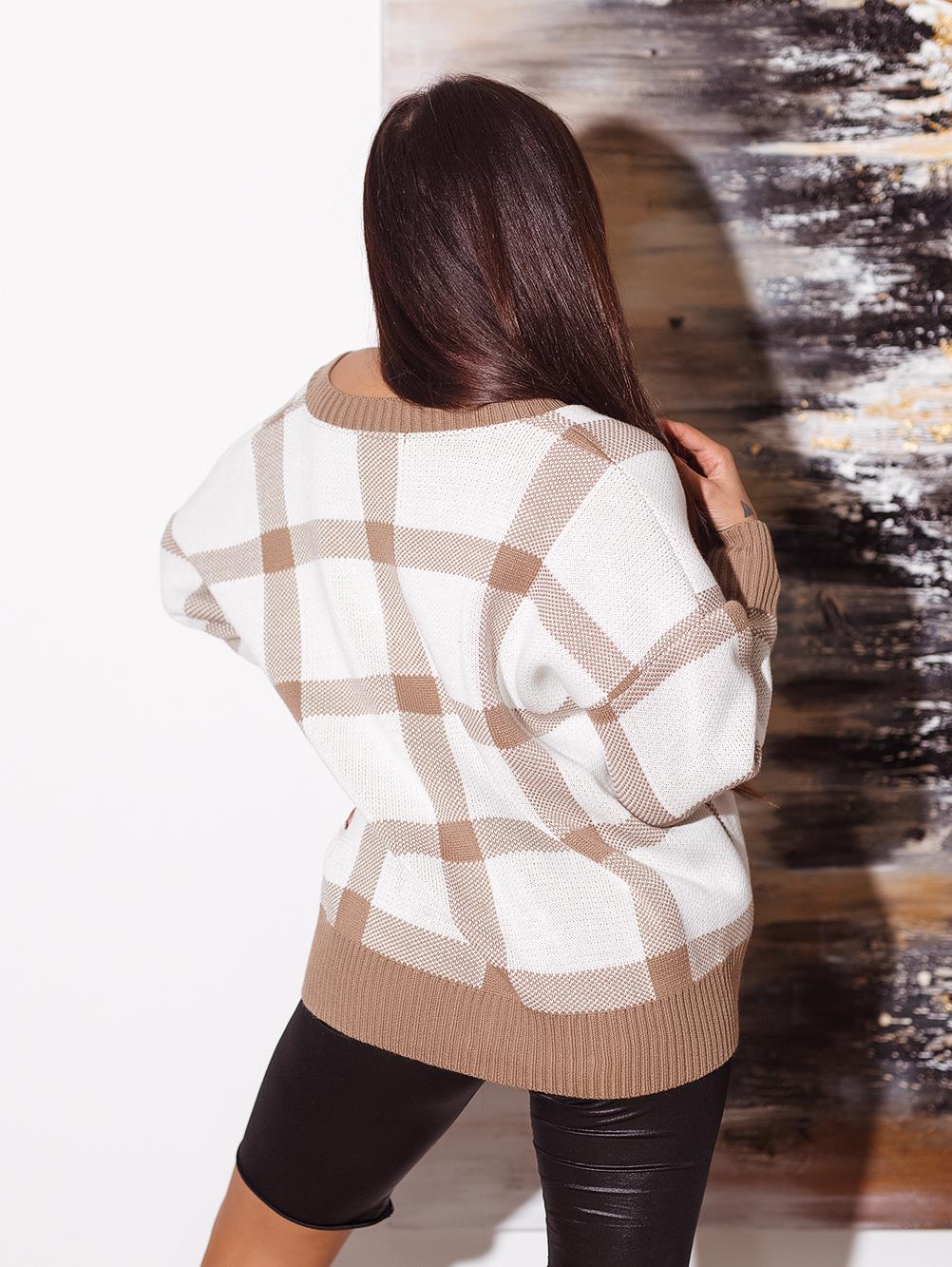 bialo-camelowy-sweter-damski-z-dekoltem-w-v-w-krate (2)