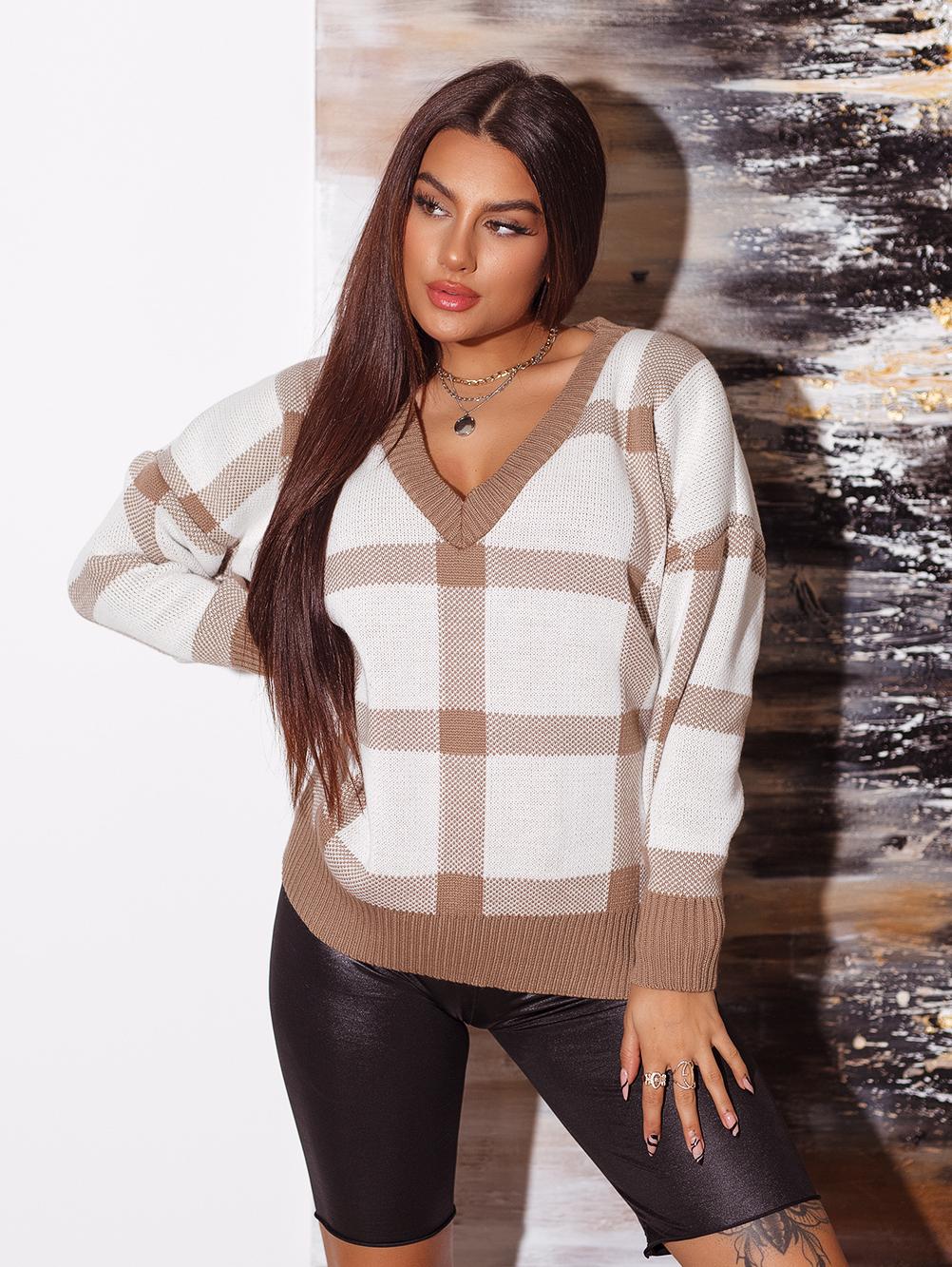 bialo-camelowy-sweter-damski-z-dekoltem-w-v-w-krate (3)