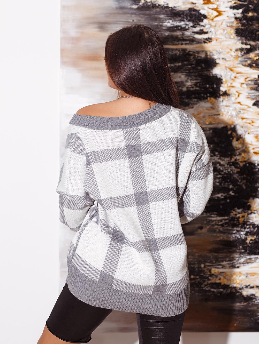 bialo-szary-sweter-damski-z-dekoltem-w-v-w-krate (1)