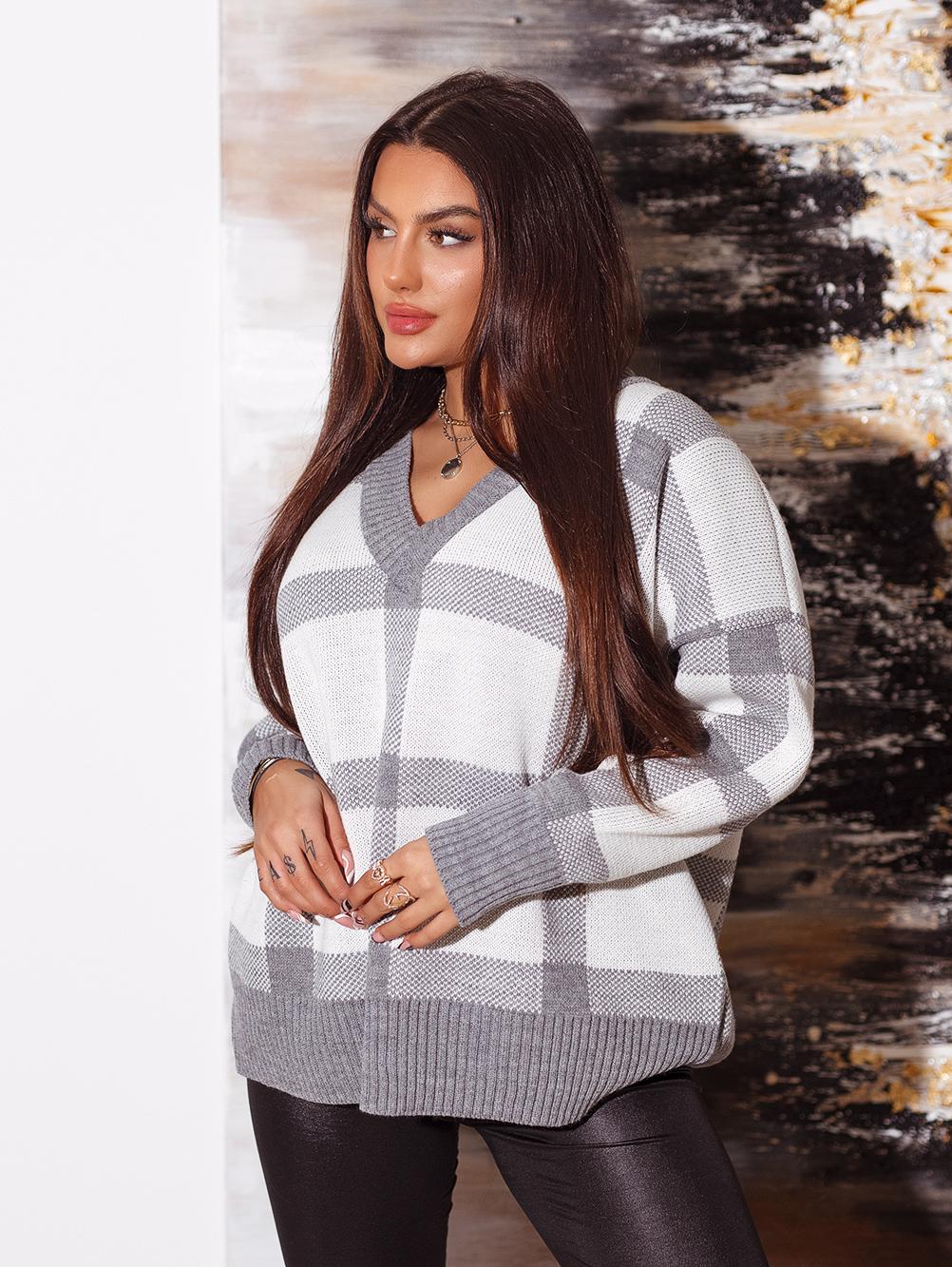 bialo-szary-sweter-damski-z-dekoltem-w-v-w-krate (2)