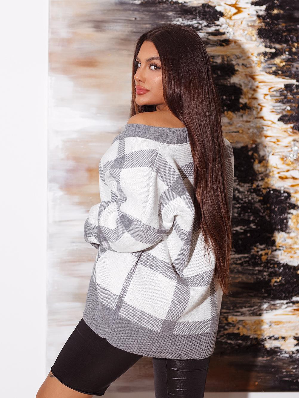 bialo-szary-sweter-damski-z-dekoltem-w-v-w-krate (3)