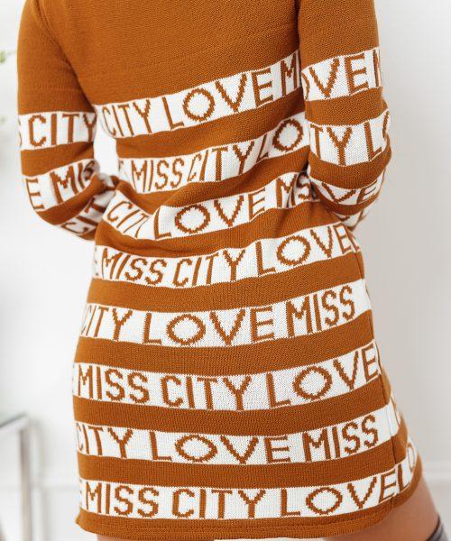 ciemny-camelowy-sweter-damski-dlugi-z-paskami-i-napisami-love-miss-city (5)