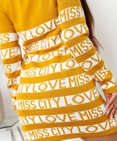 musztardowy-sweter-damski-dlugi-z-paskami-i-napisami-love-miss-city (1)